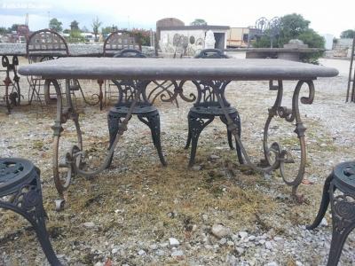 Tavolo in ferro battuo con piano in pietra