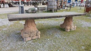 Tavolo in pioetra con capitelli in pietra vicentina