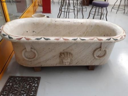Vasca da bagno in marmo bianco con intarsi rosso e verde