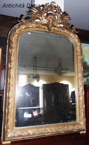 Specchio con cornice dorata