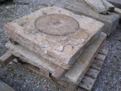 Tombino in pietra di Luserna