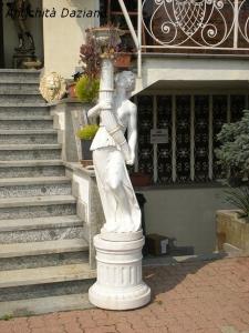 Statua lampione in marmo bianco