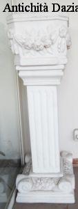 Coppia di colonne con vaso in marmo bianco