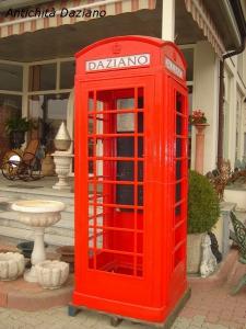 Cabina del telefono in ghisa restaurata