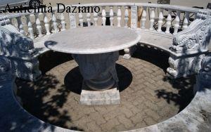 Panca semicircolare in marmo con tavolo