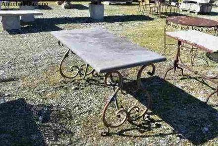 Tavolo in ferro battuto con piano in pietra