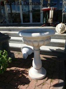 Acquasantiera a colonna in marmo bianco