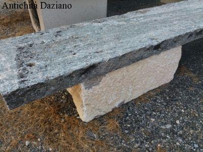 Tavolo in pietra con panche