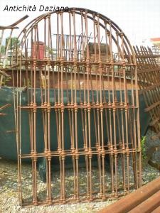 Cancello con grata in ferro