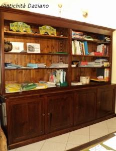 Libreria in larice restaurata