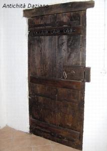 Porta in noce rustica con chiodi