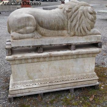 Retro leone DX di marmo con base
