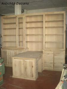 Libreria con scrivania in lavorazione