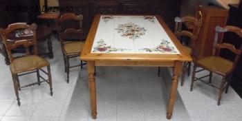 Tavolo in legno con piastrelle