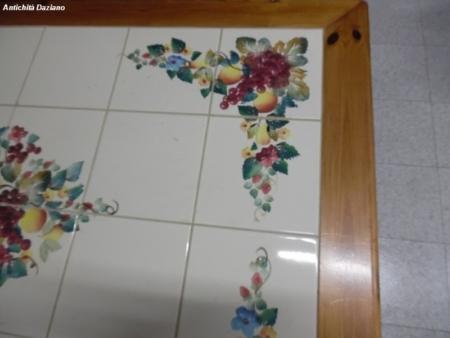 Tavolo in legno con piastrelle - Dettaglio