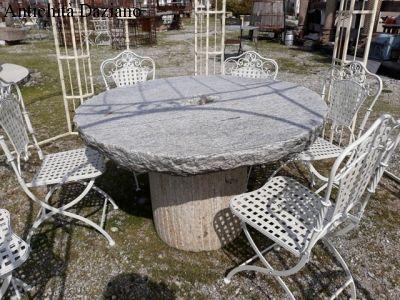 Tavolo composto da macine in pietra antiche