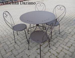 Tavolo e sedie in ferro