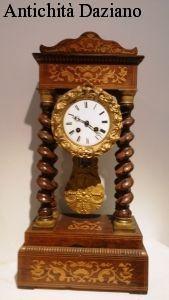 Orologio in legno con intarsi