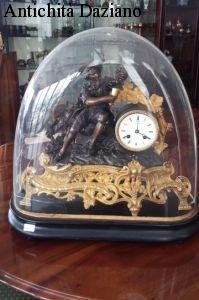 Orologio in bronzo e ottone con campana di vetro