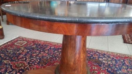 Tavolo rotondo Impero con marmo