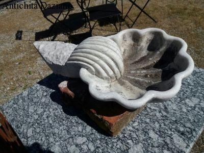 Acquasantiera in marmo
