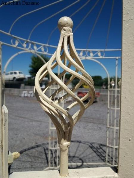 stile Liberty, completamente smontabile, pianta ottagonale, colore bianco.