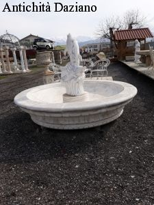 Fontana da centro con delfini