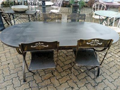 Tavolo e sedie in ferro colore nero con sfumature color oro