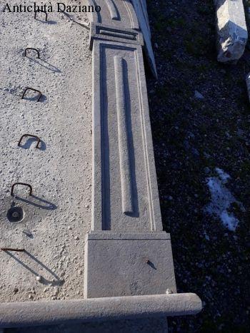 Portale ad arco in pietra con chiave