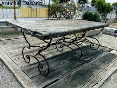 Tavolo in ferro con piano in pietra