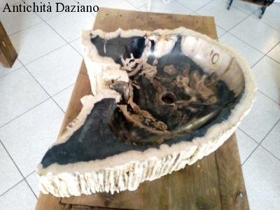 Lavandino in pietra fossile con interno levigato