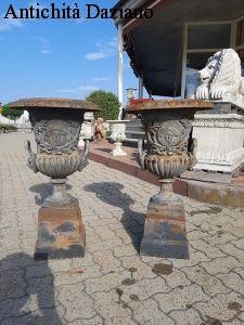 Coppia di vasi in ghia con piedistallo