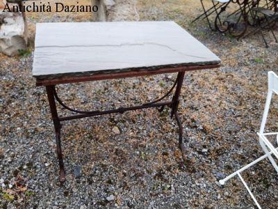 Tavolo in pietra con basamento in ferro