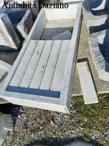 Lavandino in marmo bianco