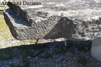 Tavolo in pietra antica