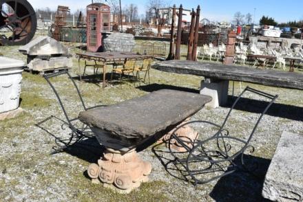 Tavolo in pietra con capitelli